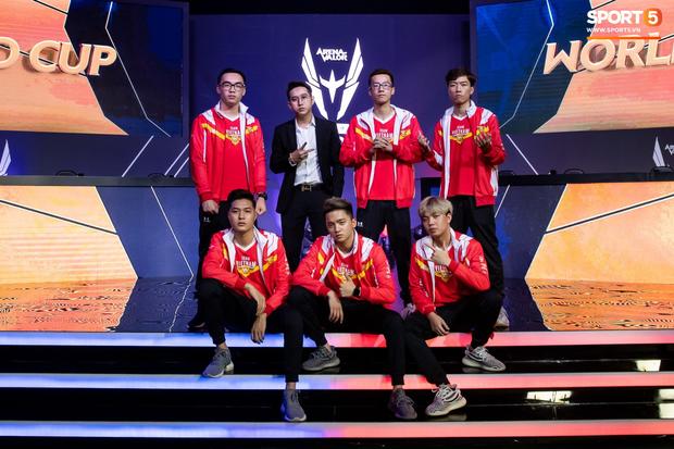 XB vươn vai nhẹ nhõm, Gấu nở nụ cười tươi như hoa và vô vàn cảm xúc khi tuyển Việt Nam giành quyền vào bán kết AWC 2019 - Ảnh 12.