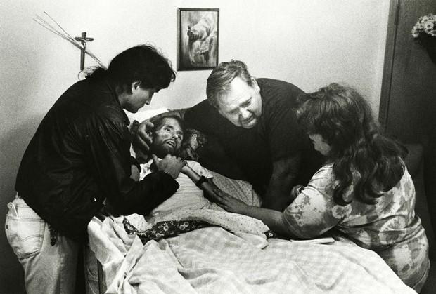 Khoảnh khắc người cha ôm chặt con trai trên giường bệnh và câu chuyện phía sau bức ảnh làm thay đổi nhận thức về căn bệnh thế kỉ HIV/AIDS - Ảnh 3.
