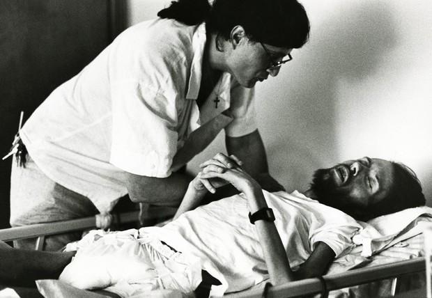 Khoảnh khắc người cha ôm chặt con trai trên giường bệnh và câu chuyện phía sau bức ảnh làm thay đổi nhận thức về căn bệnh thế kỉ HIV/AIDS - Ảnh 5.