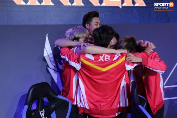 XB vươn vai nhẹ nhõm, Gấu nở nụ cười tươi như hoa và vô vàn cảm xúc khi tuyển Việt Nam giành quyền vào bán kết AWC 2019 - Ảnh 9.