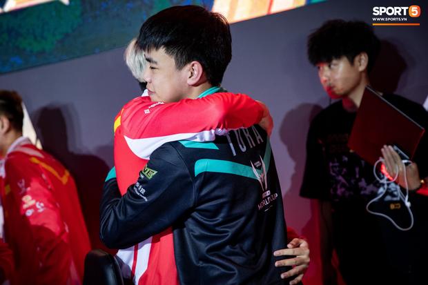 XB vươn vai nhẹ nhõm, Gấu nở nụ cười tươi như hoa và vô vàn cảm xúc khi tuyển Việt Nam giành quyền vào bán kết AWC 2019 - Ảnh 10.