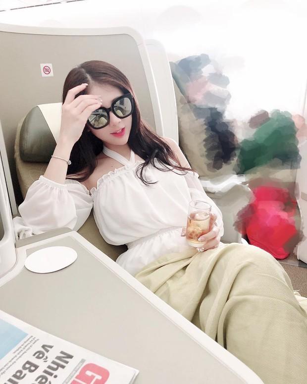 Hot girl đúng là hot girl, có mỗi cái cửa sổ máy bay mà cũng tạo dáng chụp được ảnh đẹp hết nấc - Ảnh 13.