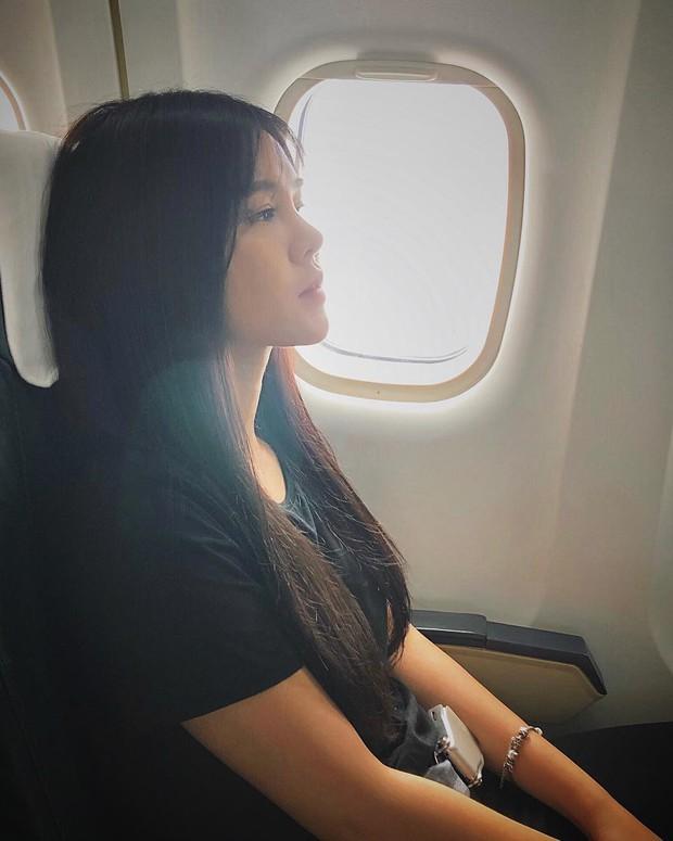 Hot girl đúng là hot girl, có mỗi cái cửa sổ máy bay mà cũng tạo dáng chụp được ảnh đẹp hết nấc - Ảnh 17.