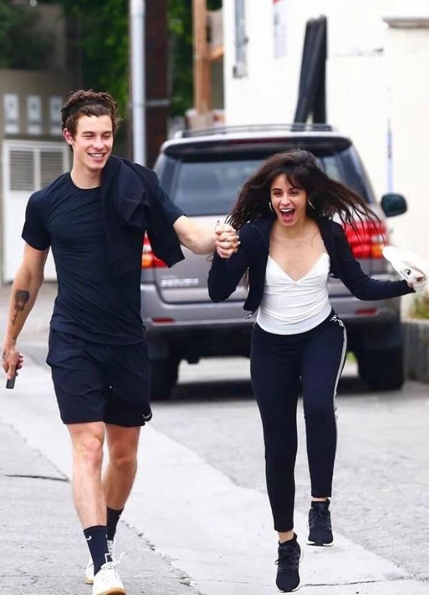 Một mực chối bay chối biến, Shawn Mendes và Camila Cabello cứ ngang nhiên ôm ấp, nắm tay thế này thì ai tin? - Ảnh 3.
