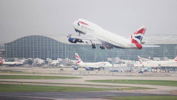 Đu càng máy bay hơn 6000km, người đàn ông rệu rã đáp xuống sân bay lớn nhất nước Anh và định cư luôn ở đó 23 năm - Ảnh 2.