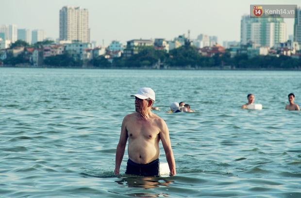 Hà Nội: Đông nghẹt người dân đưa con nhỏ ra Hồ Tây, Sông Hồng giải nhiệt ngày nắng nóng - Ảnh 13.