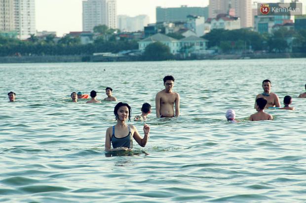 Hà Nội: Đông nghẹt người dân đưa con nhỏ ra Hồ Tây, Sông Hồng giải nhiệt ngày nắng nóng - Ảnh 6.