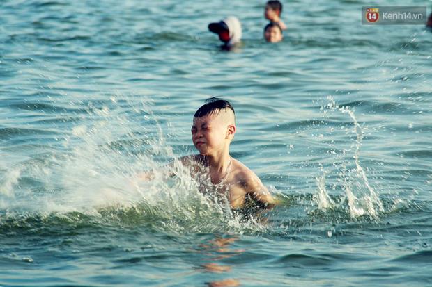 Hà Nội: Đông nghẹt người dân đưa con nhỏ ra Hồ Tây, Sông Hồng giải nhiệt ngày nắng nóng - Ảnh 5.
