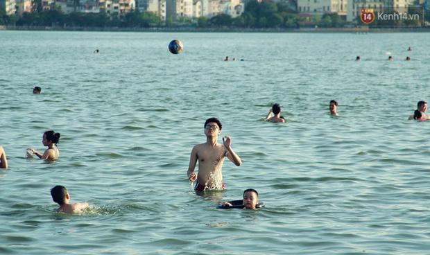 Hà Nội: Đông nghẹt người dân đưa con nhỏ ra Hồ Tây, Sông Hồng giải nhiệt ngày nắng nóng - Ảnh 7.