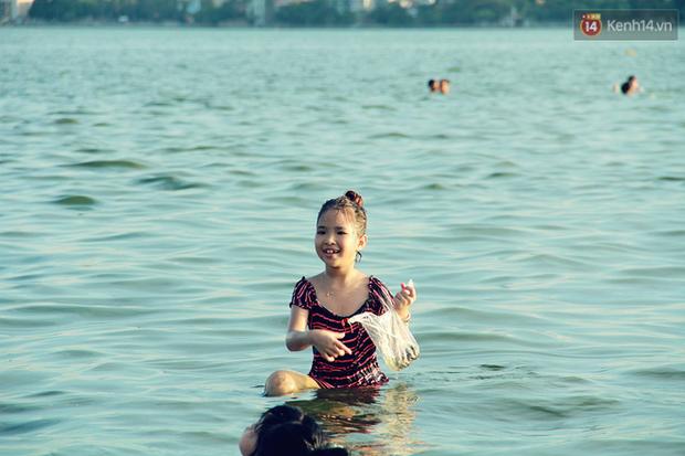 Hà Nội: Đông nghẹt người dân đưa con nhỏ ra Hồ Tây, Sông Hồng giải nhiệt ngày nắng nóng - Ảnh 8.