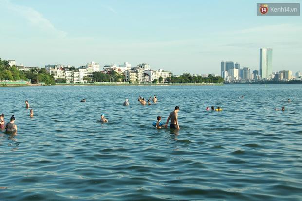Hà Nội: Đông nghẹt người dân đưa con nhỏ ra Hồ Tây, Sông Hồng giải nhiệt ngày nắng nóng - Ảnh 2.