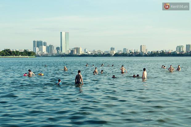 Hà Nội: Đông nghẹt người dân đưa con nhỏ ra Hồ Tây, Sông Hồng giải nhiệt ngày nắng nóng - Ảnh 4.