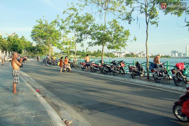Hà Nội: Đông nghẹt người dân đưa con nhỏ ra Hồ Tây, Sông Hồng giải nhiệt ngày nắng nóng - Ảnh 12.