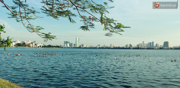 Hà Nội: Đông nghẹt người dân đưa con nhỏ ra Hồ Tây, Sông Hồng giải nhiệt ngày nắng nóng - Ảnh 1.