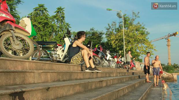 Hà Nội: Đông nghẹt người dân đưa con nhỏ ra Hồ Tây, Sông Hồng giải nhiệt ngày nắng nóng - Ảnh 15.