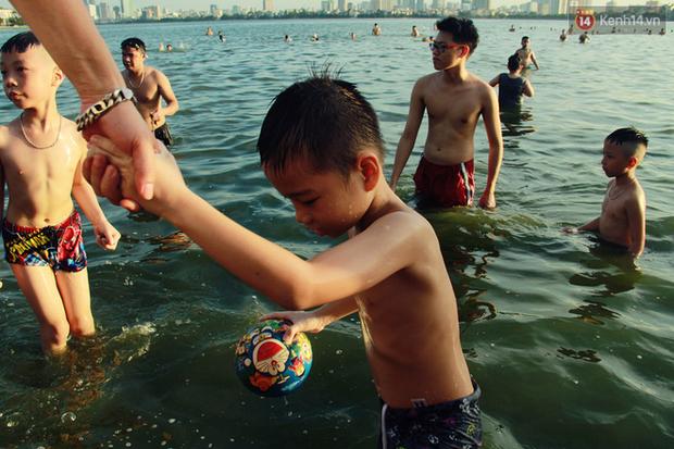 Hà Nội: Đông nghẹt người dân đưa con nhỏ ra Hồ Tây, Sông Hồng giải nhiệt ngày nắng nóng - Ảnh 10.