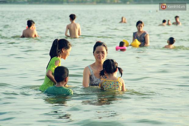Hà Nội: Đông nghẹt người dân đưa con nhỏ ra Hồ Tây, Sông Hồng giải nhiệt ngày nắng nóng - Ảnh 3.