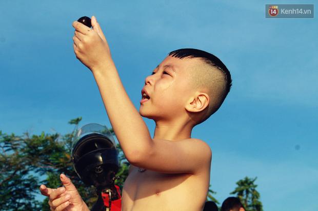 Hà Nội: Đông nghẹt người dân đưa con nhỏ ra Hồ Tây, Sông Hồng giải nhiệt ngày nắng nóng - Ảnh 9.