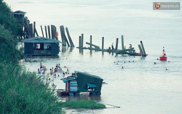 Hà Nội: Đông nghẹt người dân đưa con nhỏ ra Hồ Tây, Sông Hồng giải nhiệt ngày nắng nóng - Ảnh 16.