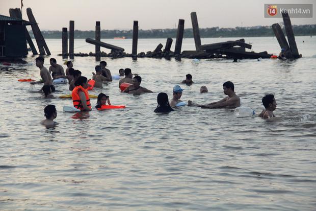 Hà Nội: Đông nghẹt người dân đưa con nhỏ ra Hồ Tây, Sông Hồng giải nhiệt ngày nắng nóng - Ảnh 18.