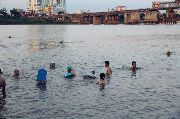 Hà Nội: Đông nghẹt người dân đưa con nhỏ ra Hồ Tây, Sông Hồng giải nhiệt ngày nắng nóng - Ảnh 17.