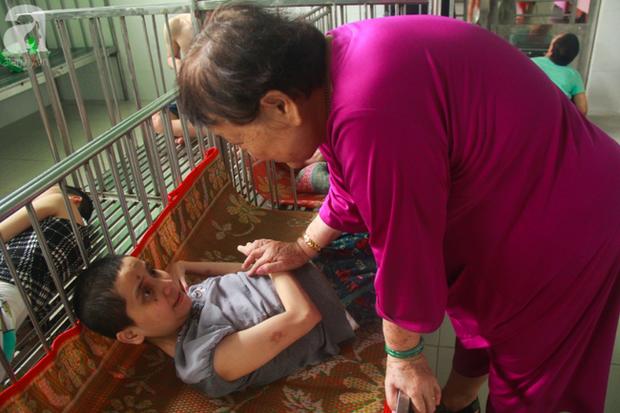 Ánh mắt cầu cứu của hơn 100 đứa trẻ tật nguyền, lớn lên bên bàn tay chăm sóc của người mẹ già 82 tuổi - Ảnh 1.
