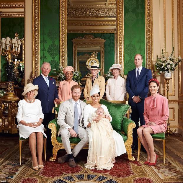 Hai chi tiết đặc biệt xúc động trong lễ rửa tội của bé Archie, chưa từng xảy ra ở 3 con nhà Công nương Kate - Ảnh 2.