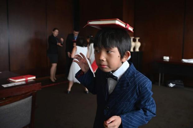 Chi tiền cho con học làm quý tộc, phụ huynh Trung Quốc bị ném đá dữ dội: Quý tộc đến từ cốt cách chứ không phải học tập! - Ảnh 2.
