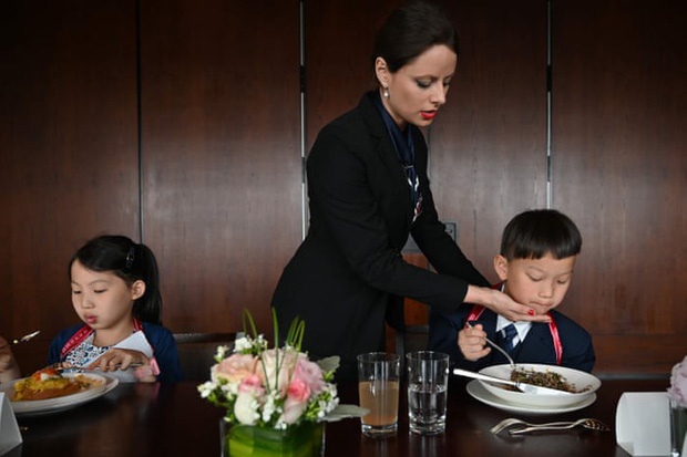 Chi tiền cho con học làm quý tộc, phụ huynh Trung Quốc bị ném đá dữ dội: Quý tộc đến từ cốt cách chứ không phải học tập! - Ảnh 6.