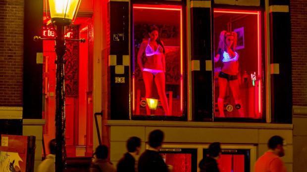Phố đèn đỏ nổi tiếng nhất thế giới: 2 cô đào từng phục vụ 355.000 người đàn ông và bí mật luôn gây tò mò ẩn sau mỗi ô cửa màu đỏ quyến rũ - Ảnh 13.