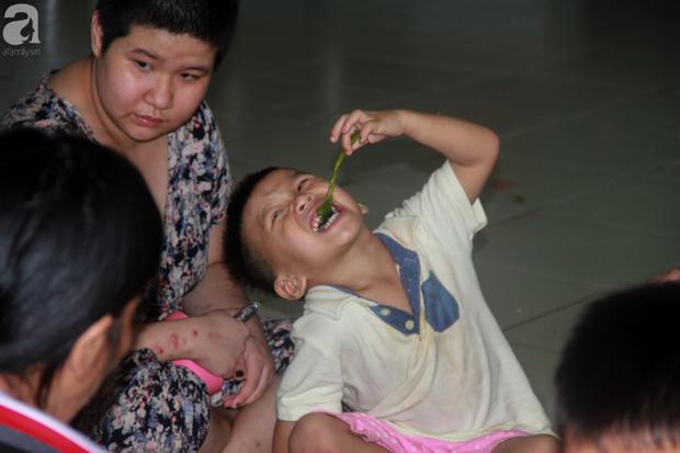 Ánh mắt cầu cứu của hơn 100 đứa trẻ tật nguyền, lớn lên bên bàn tay chăm sóc của người mẹ già 82 tuổi - Ảnh 13.