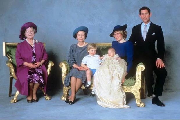 Hai chi tiết đặc biệt xúc động trong lễ rửa tội của bé Archie, chưa từng xảy ra ở 3 con nhà Công nương Kate - Ảnh 3.