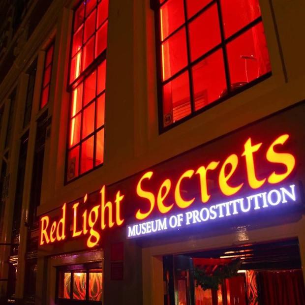 Phố đèn đỏ nổi tiếng nhất thế giới: 2 cô đào từng phục vụ 355.000 người đàn ông và bí mật luôn gây tò mò ẩn sau mỗi ô cửa màu đỏ quyến rũ - Ảnh 9.