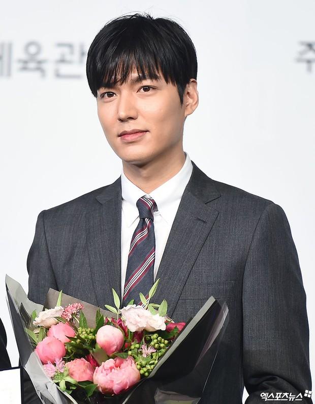 Lee Min Ho lần đầu dự sự kiện ở Hàn hậu xuất ngũ: Sống mũi như muốn đòi mạng chị em, đôi chân dài còn ấn tượng hơn - Ảnh 5.