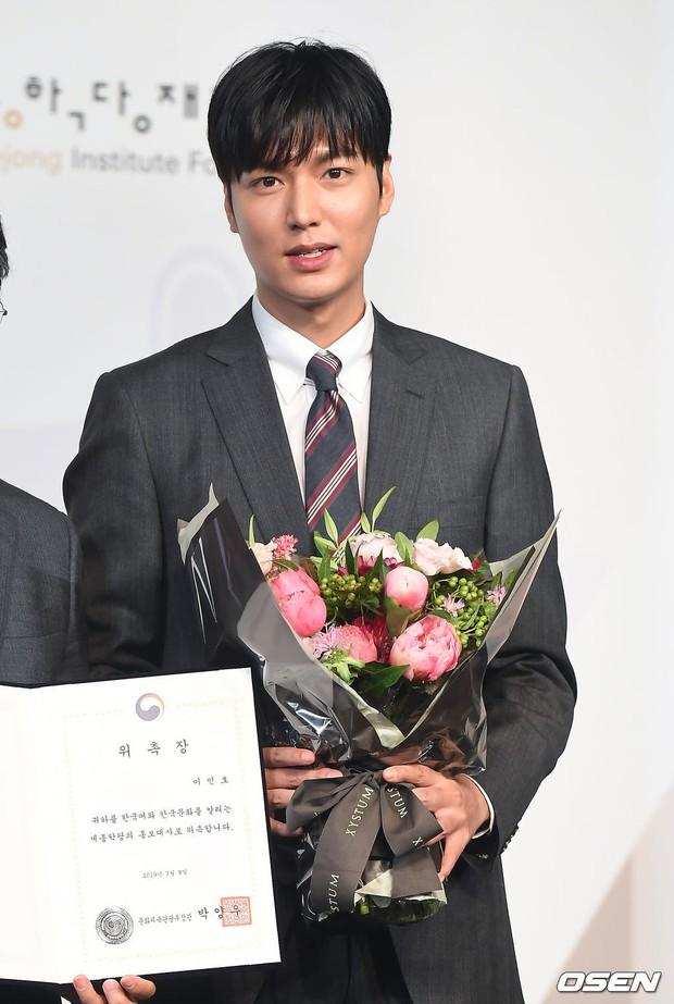 Lee Min Ho lần đầu dự sự kiện ở Hàn hậu xuất ngũ: Sống mũi như muốn đòi mạng chị em, đôi chân dài còn ấn tượng hơn - Ảnh 4.