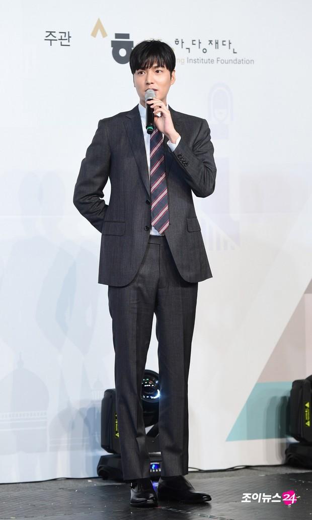 Lee Min Ho lần đầu dự sự kiện ở Hàn hậu xuất ngũ: Sống mũi như muốn đòi mạng chị em, đôi chân dài còn ấn tượng hơn - Ảnh 3.