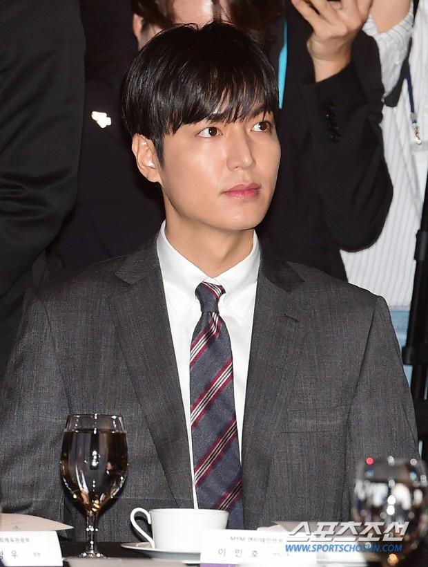 Lee Min Ho lần đầu dự sự kiện ở Hàn hậu xuất ngũ: Sống mũi như muốn đòi mạng chị em, đôi chân dài còn ấn tượng hơn - Ảnh 6.