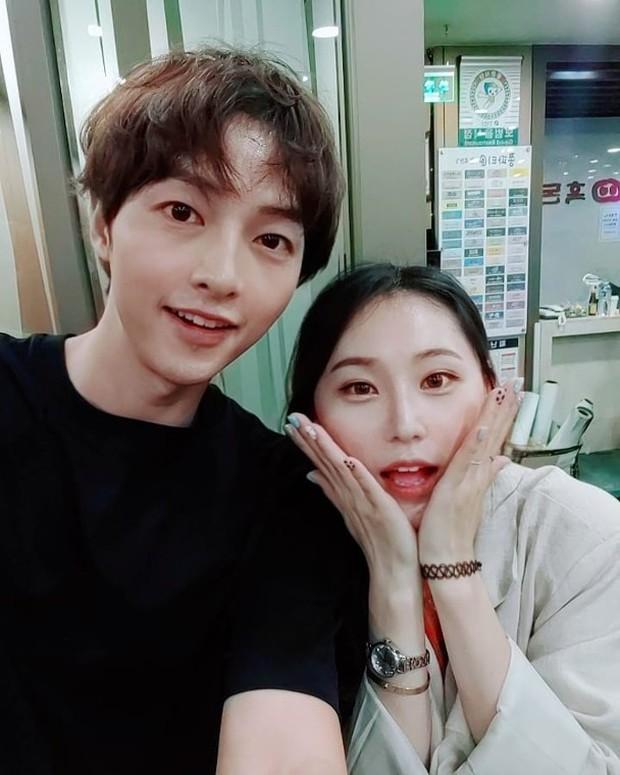 Ảnh hiếm của Song Joong Ki 1 tháng trước tuyên bố ly hôn Song Hye Kyo: Gầy rộc, xơ xác nhưng vẫn gượng cười vui vẻ - Ảnh 3.