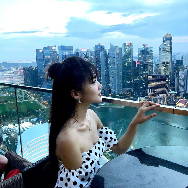 Ngọc Nữ đẹp xuất thần khi sang Singapore thăm nuôi bạn trai tin đồn Phan Văn Đức - Ảnh 1.
