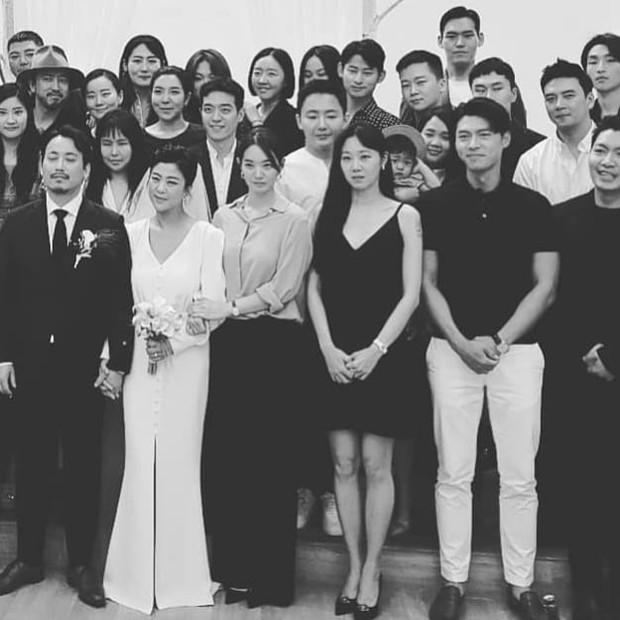 Đám cưới gây bão hội tụ 3 sao Hàn quyền lực: Hyun Bin bảnh bất chấp mọi camera, Gong Hyo Jin sexy bên Shin Min Ah - Ảnh 1.