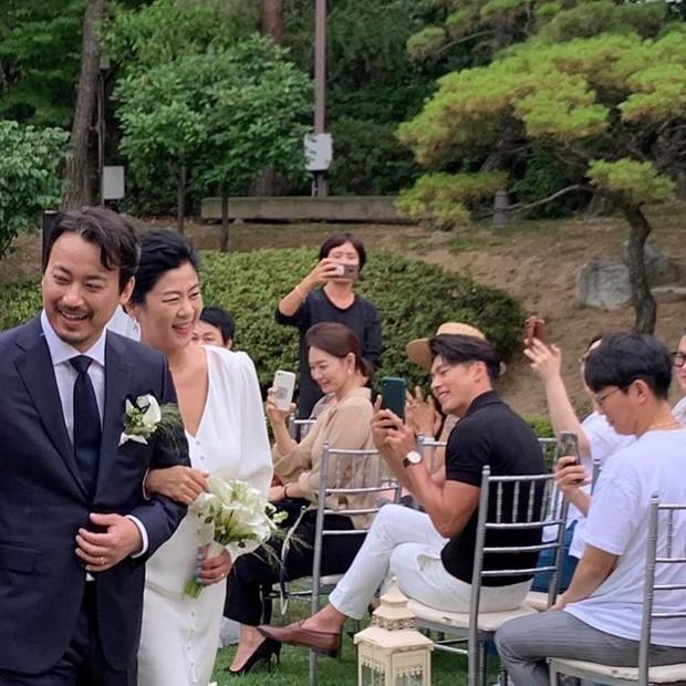 Đám cưới gây bão hội tụ 3 sao Hàn quyền lực: Hyun Bin bảnh bất chấp mọi camera, Gong Hyo Jin sexy bên Shin Min Ah - Ảnh 2.