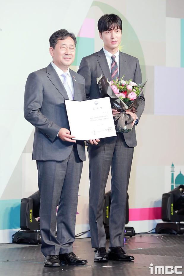 Lee Min Ho lần đầu dự sự kiện ở Hàn hậu xuất ngũ: Sống mũi như muốn đòi mạng chị em, đôi chân dài còn ấn tượng hơn - Ảnh 2.