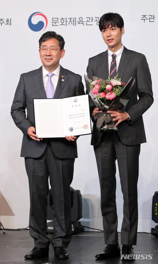 Lee Min Ho lần đầu dự sự kiện ở Hàn hậu xuất ngũ: Sống mũi như muốn đòi mạng chị em, đôi chân dài còn ấn tượng hơn - Ảnh 1.