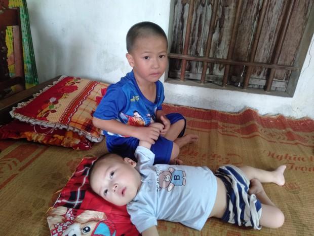 Con trai lớn 5 tuổi mắc bệnh tim, đứa bé 1 tuổi liệt tứ chi, người mẹ nuốt nước mắt cầu xin một cơ hội để cứu con - Ảnh 1.