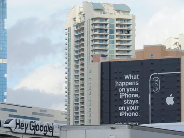 Ông hoàng sân si của làng smartphone: Apple liên tục đá xoáy Google bằng biển quảng cáo siêu to khổng lồ - Ảnh 3.