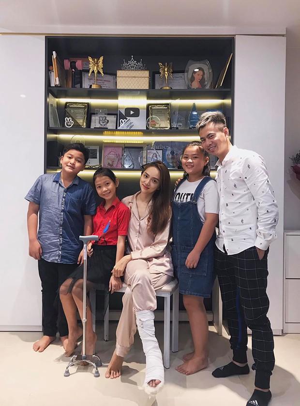 Hương Giang bất ngờ gặp chấn thương, Dương Cầm dẫn đầu gia đình hoàng gia tới ghé thăm người đẹp - Ảnh 2.
