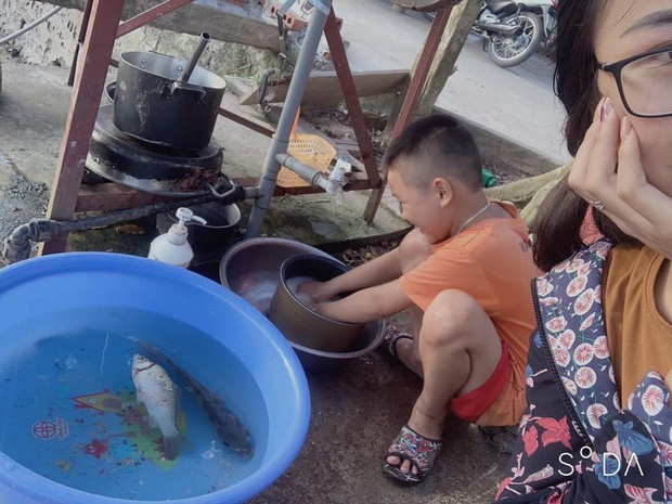Khoe em trai 8 tuổi suốt ngày tranh rửa bát với chị, cô gái khiến dân tình gato hết nấc: Kiếm đâu ra cục vàng như thế? - Ảnh 1.