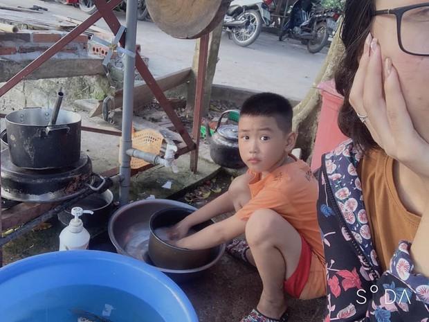 Khoe em trai 8 tuổi suốt ngày tranh rửa bát với chị, cô gái khiến dân tình gato hết nấc: Kiếm đâu ra cục vàng như thế? - Ảnh 2.