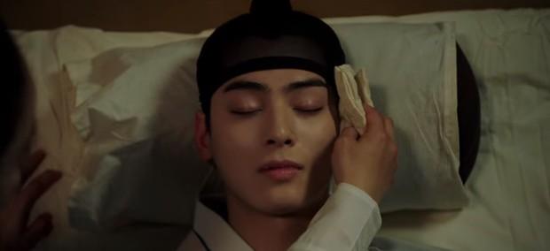 Tân Binh Học Sử Goo Hae Ryung: Cha Eun Woo trổ tài bắn cung trước mặt Shin Se Kyung, ai dè chỉ là múa rìu qua mắt thợ - Ảnh 2.