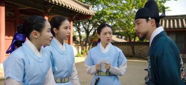 Tân Binh Học Sử Goo Hae Ryung: Cha Eun Woo trổ tài bắn cung trước mặt Shin Se Kyung, ai dè chỉ là múa rìu qua mắt thợ - Ảnh 12.